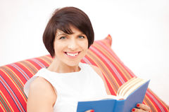 Mujer feliz y sonriente con el libro Imagenes de archivo