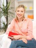 Mujer feliz y sonriente con el libro Foto de archivo libre de regalías