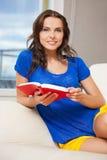 Mujer feliz y sonriente con el libro Foto de archivo
