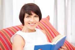 Mujer feliz y sonriente con el libro Imagen de archivo