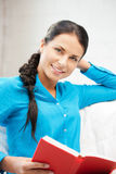 Mujer feliz y sonriente con el libro Imagen de archivo libre de regalías