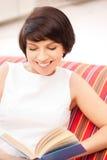 Mujer feliz y sonriente con el libro Fotos de archivo libres de regalías