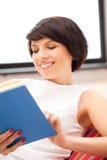 Mujer feliz y sonriente con el libro Imágenes de archivo libres de regalías