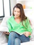 Mujer feliz y sonriente con la revista Fotografía de archivo