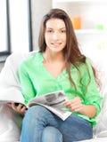 Mujer feliz y sonriente con la revista Fotografía de archivo libre de regalías
