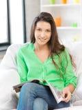 Mujer feliz y sonriente con la revista Foto de archivo libre de regalías