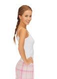 Mujer feliz y sonriente en pijamas del algodón fotos de archivo
