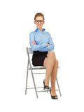 Mujer feliz y sonriente en una silla Fotografía de archivo libre de regalías