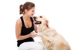Mujer feliz y su perro hermoso Foto de archivo