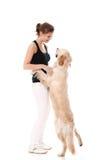 Mujer feliz y su perro hermoso Fotografía de archivo libre de regalías