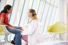 Mujer femenina del doctor Offering Counselling To Depressed Imagen de archivo libre de regalías