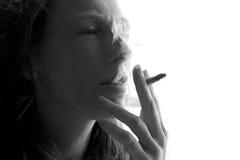 Mujer femenina del fumador con el cigarrillo del humo fotos de archivo