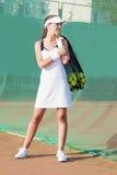 Mujer femenina del tenis de Smilling que lleva a cabo el tenis Mesh Bag con las bolas Foto de archivo