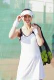 Mujer femenina feliz y positiva del tenis que lleva a cabo el tenis Mesh Bag w Fotos de archivo