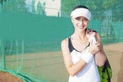 Mujer femenina feliz y positiva del tenis que lleva a cabo el tenis Mesh Bag w Fotografía de archivo libre de regalías