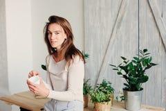 mujer femenina joven hermosa que se relaja en casa por mañana perezosa del fin de semana con la taza de café fotos de archivo libres de regalías