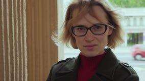 Mujer feminista en vidrios con mirada seria en la calle de la ciudad metrajes