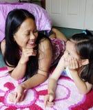 Mujer filipina y su charla de la hija. Imagen de archivo