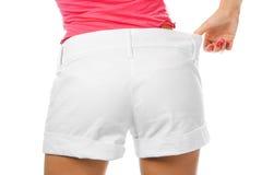Mujer fina de la cintura en cortocircuitos grandes fotografía de archivo libre de regalías