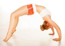 Mujer flexible apta que arquea sobre ella detrás Fotografía de archivo libre de regalías