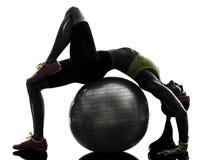 Mujer flexible que ejercita la silueta del entrenamiento de la bola de la aptitud Fotos de archivo libres de regalías