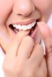 Mujer Flossing sus dientes Imagen de archivo libre de regalías