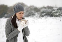 Mujer fría foto de archivo