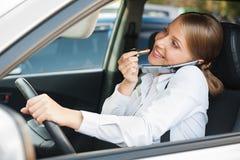 Mujer frívola que conduce el coche Fotos de archivo libres de regalías