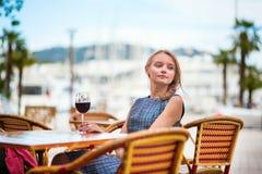 Mujer francesa joven que bebe el vino rojo Fotos de archivo libres de regalías