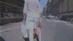 Mujer francesa que camina en la calle en Francia con el panier almacen de video