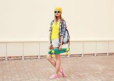Mujer fresca del inconformista del verano de la moda en gafas de sol Fotografía de archivo