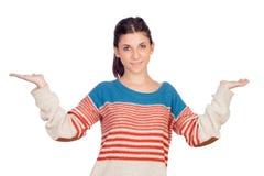 Mujer fresca joven con sus brazos ampliados Imagenes de archivo