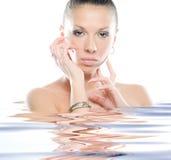 Mujer fresca y hermosa en agua Imágenes de archivo libres de regalías