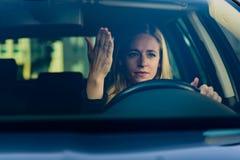 Mujer frustrada joven que conduce el coche Fotos de archivo libres de regalías