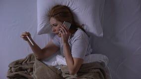 Mujer frustrada que habla del embarazo imprevisto al novio, contracepción almacen de video