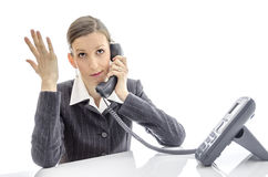 Mujer frustrada que hace una llamada de teléfono Fotos de archivo libres de regalías