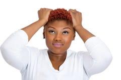 Mujer frustrada que saca su pelo, haciendo el mún dolor de cabeza, subrayar Imagen de archivo libre de regalías