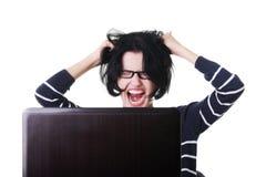 Mujer frustrada que trabaja en el ordenador portátil Fotos de archivo libres de regalías