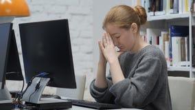 Mujer frustrada, triste del pelirrojo con la tensión y dolor de cabeza