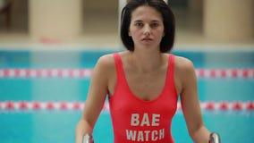mujer fuera de la piscina almacen de video