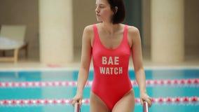 mujer fuera de la piscina almacen de metraje de vídeo