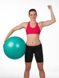Mujer fuerte con la bola de los pilates Fotografía de archivo