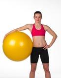 Mujer fuerte con la bola de los pilates Foto de archivo