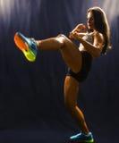 Mujer fuerte de los deportes que entrena a artes marciales Imagen de archivo libre de regalías