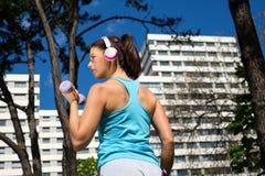 Mujer fuerte en entrenamiento de la aptitud en parque de la ciudad Foto de archivo