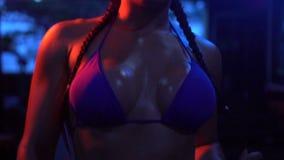Mujer fuerte morena de la aptitud en el gimnasio metrajes