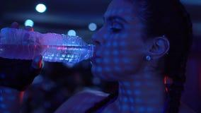 Mujer fuerte morena de la aptitud en el gimnasio almacen de metraje de vídeo