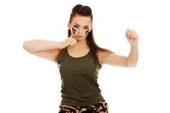 Mujer furiosa en el encajonamiento militar de la ropa Fotografía de archivo libre de regalías