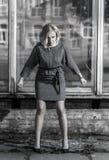 Mujer furiosa en postura agresiva cerca de la ventana quebrada Fotos de archivo libres de regalías