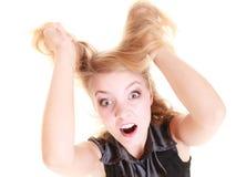 Mujer furiosa enojada que grita y que tira del pelo sucio imagen de archivo